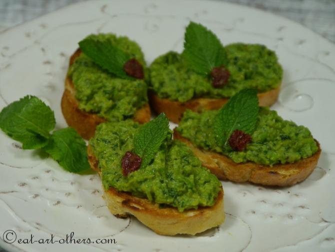 Crostini mit grünen Erbsen